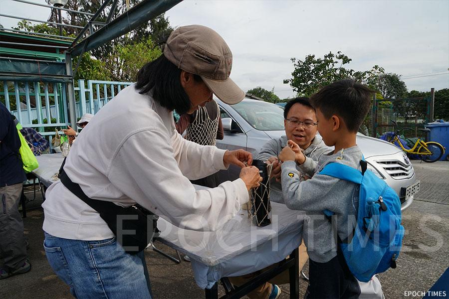 手織魚網袋工作坊。(曾蓮/大紀元)