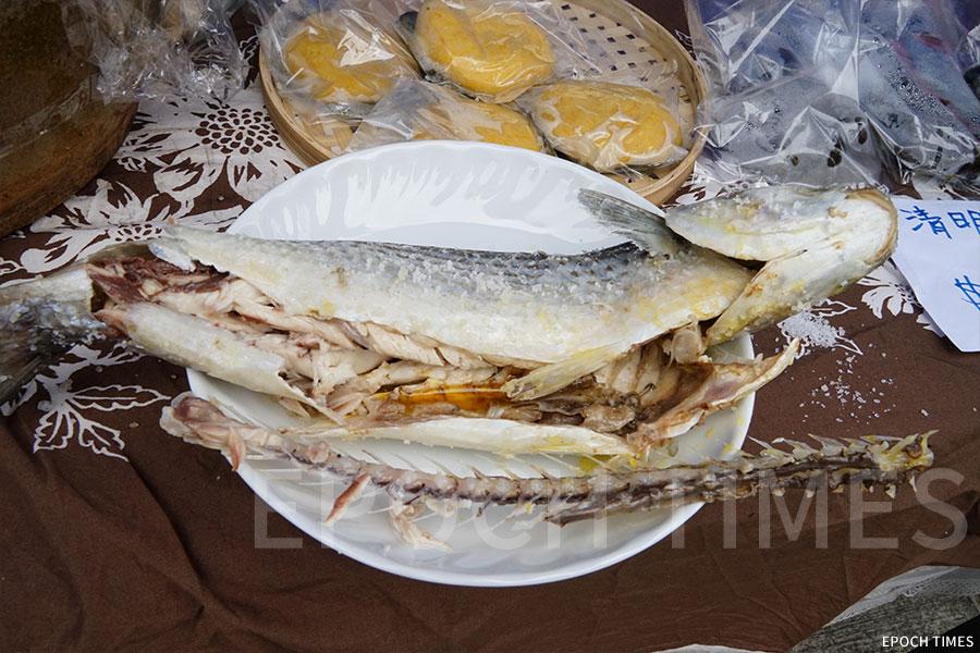 市民可以試吃當地村民製作的本地烏頭魚。(曾蓮/大紀元)