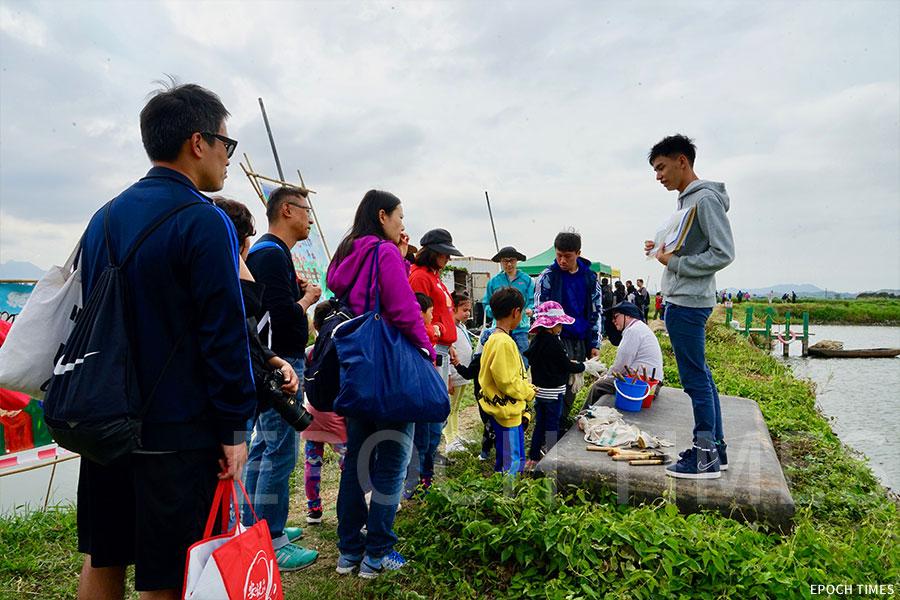 在魚塘區開設導賞團,由義工帶領市民認識魚塘並觀賞野生雀鳥。(曾蓮/大紀元)