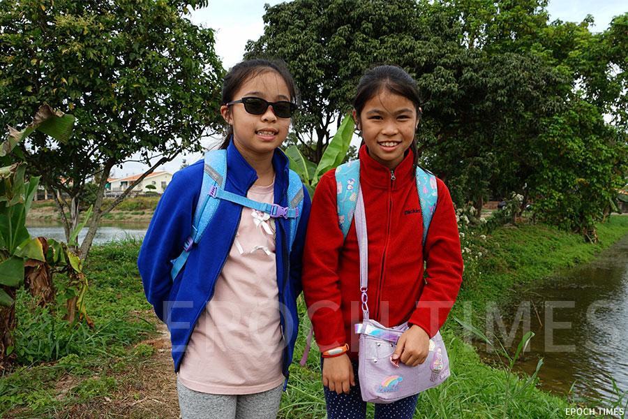 九歲半的黃伽渝(左)和崔渝琳是小學同學。(曾蓮/大紀元)