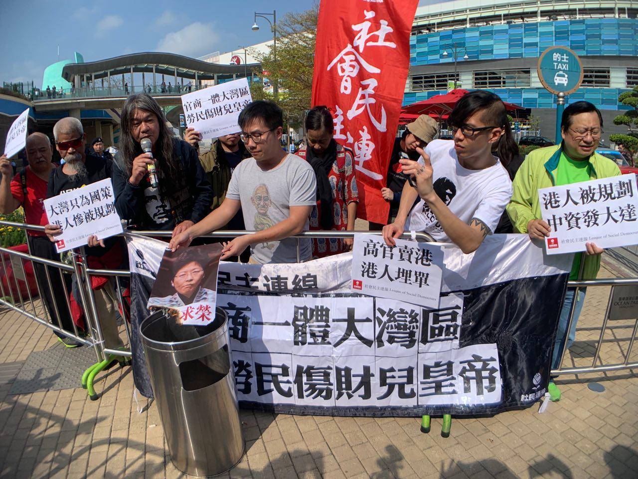 大灣區規劃宣講會在港舉行,社民連成員在場外抗議特首賣港求榮。(李逸/大紀元)