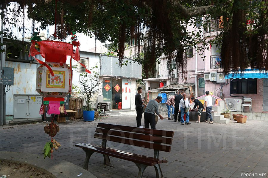 元朗南邊圍村民在村內社壇點燈。(陳仲明/大紀元)
