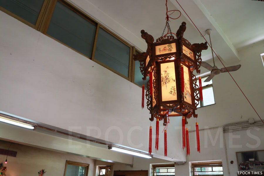 元朗東新黃屋村在祠堂內點起丁燈。(陳仲明/大紀元)