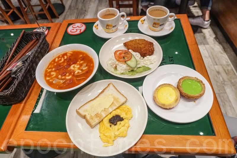 我們點了酥皮蛋撻、斑蘭蛋撻,一個茶餐,及一個下午茶炸豬扒沙律餐。餐飲點了奶茶和鴛鴦。