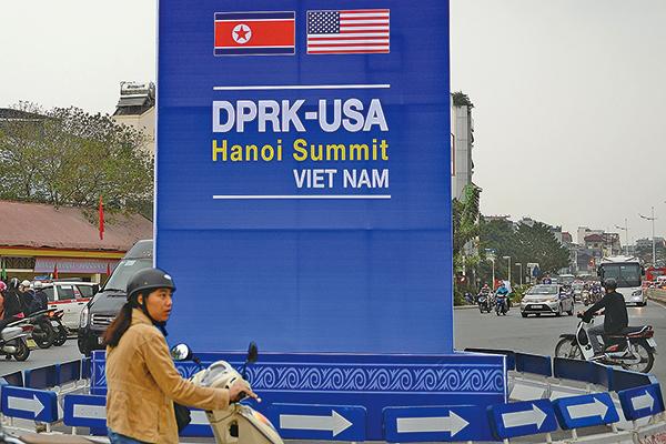 2月27日,第二次特金會將在越南河內舉行。圖為河內街頭預告特金會的看板。(AFP)