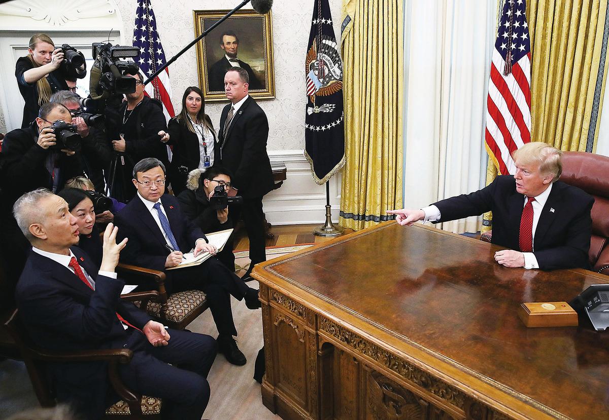 特朗普發動貿易戰,催促中共經濟改革,外界認為這可能將帶動中國政治與社會發生巨變。圖為劉鶴(左一)早前赴美進行貿易談判,期間獲特朗普接待。 (Getty Images)