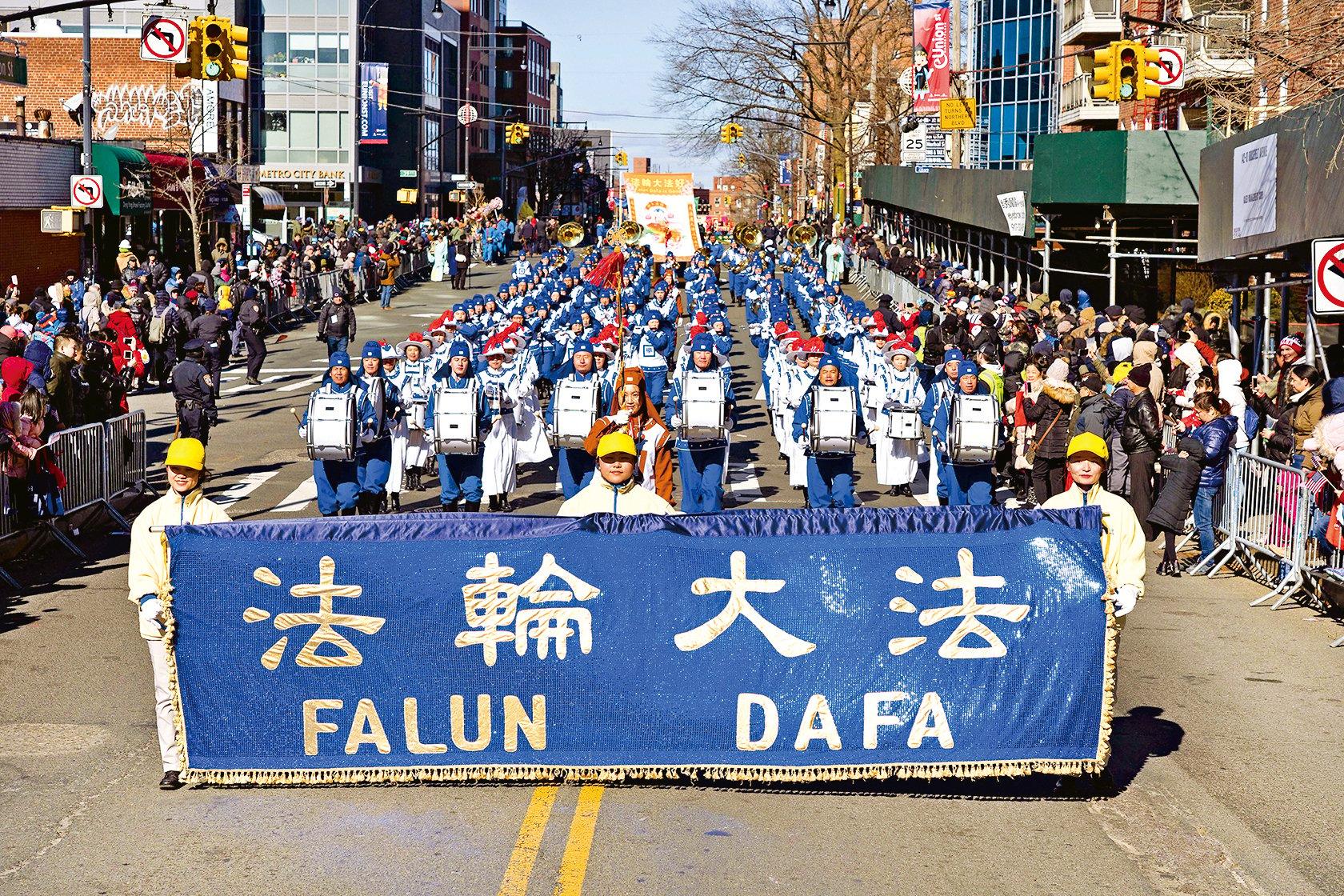 2月9日紐約法拉盛中國新年遊行, 法輪功隊伍以聲勢浩大的天國樂團開道,以嘹亮的鼓樂送上了新年的祝福。(大紀元)