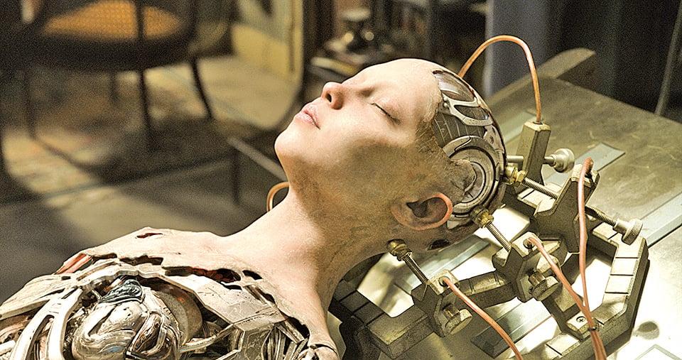 依德博士在垃圾場發現了一個女孩殘存的頭顱,將其裝上人工身軀與四肢後,女孩甦醒過來,但已喪失了記憶。