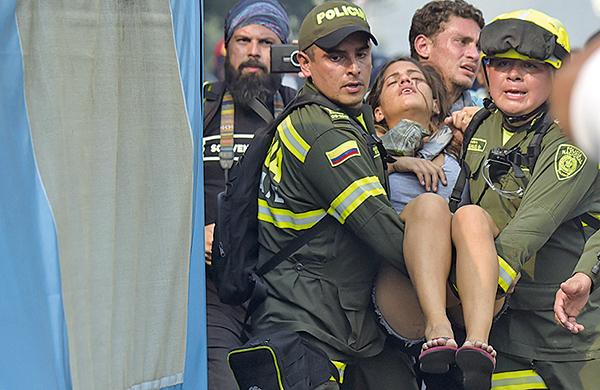 馬杜羅的軍隊及裝甲車以催淚彈及橡膠子彈攻擊平民。(RAUL ARBOLEDA/AFP/Getty Images)
