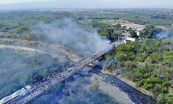 上周六,委內瑞拉軍隊和裝甲車,在委國與哥倫比亞邊境橋以催淚彈及橡膠子彈攻擊平民,阻止救援物資進入委國。(EDINSON ESTUPINAN/AFP/Getty Images)