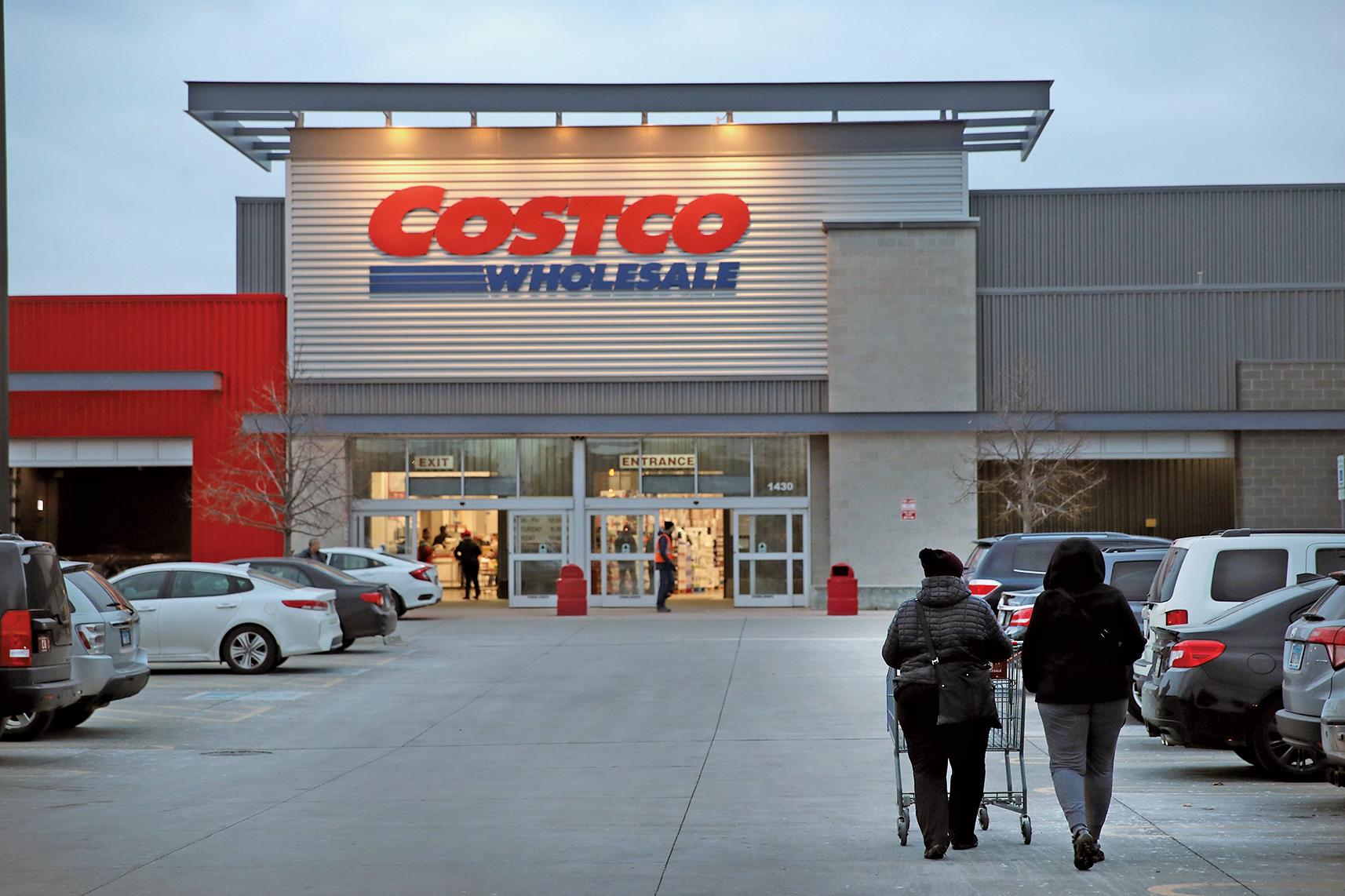 美國會員制倉儲式商店Costco的商品十分豐富,人們在Costco幾乎可以買到日常生活所需的一切用品,且價格合理。圖為芝加哥市的一間Costco門店。(Getty Images)