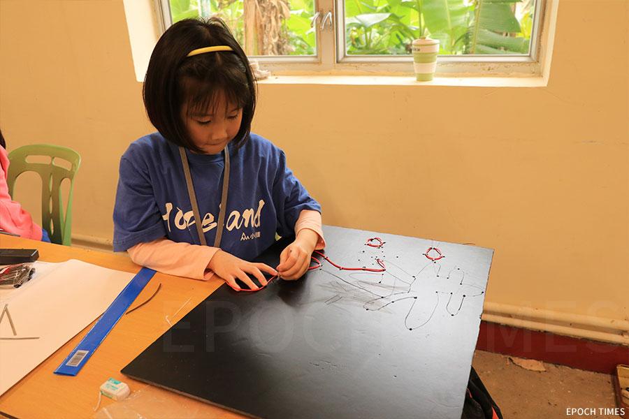 金行課包括當下流行的STEM(科學、技術、工程、數學)教育,學生分組自製獨一無二的LED燈,並有三個閃光頻率。(曾蓮/大紀元)