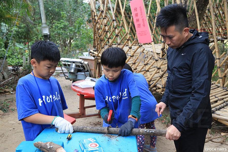 木行課學習木工,「島師」講解示範「鋸、鑽、釘、挫」等基本木藝技術。(陳仲明/大紀元)