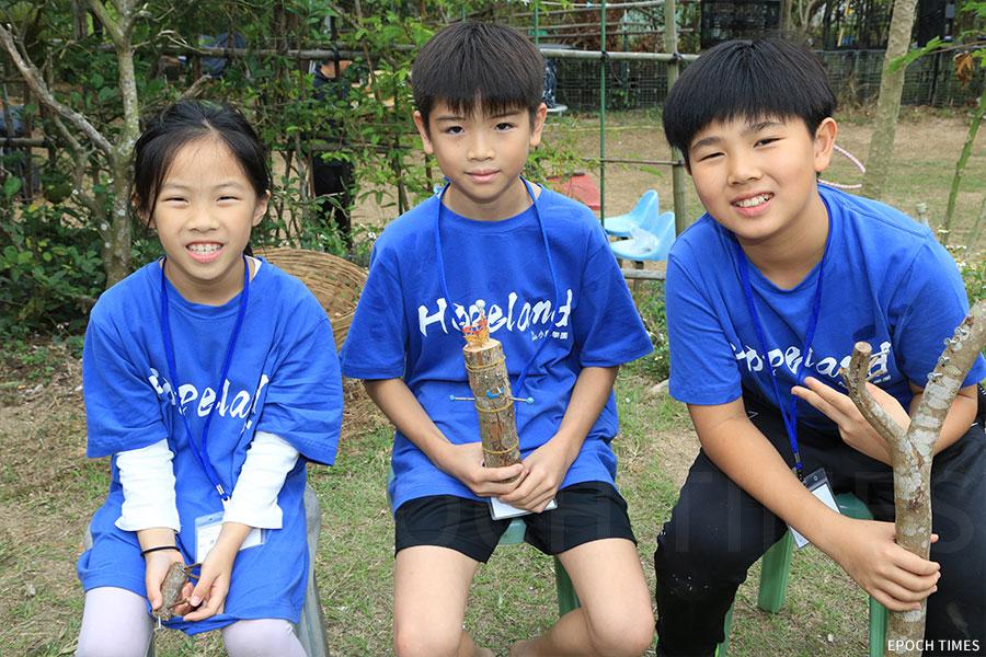 馮天悅、方日曦、陳卓穎(左至右)展示自己製作的作品。(陳仲明/大紀元)