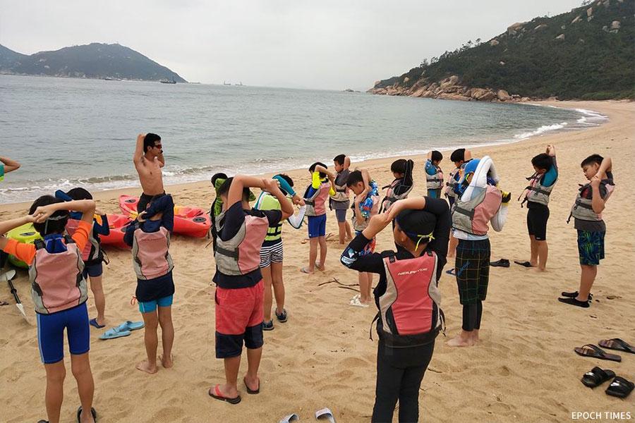 小朋友們在出海前進行熱身運動。(受訪者提供)
