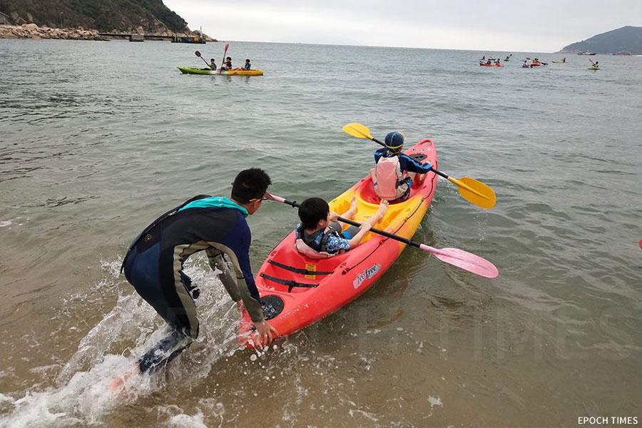 水行課學習水上求生技能,如划獨木舟。(受訪者提供)