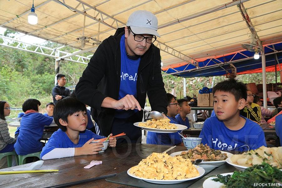 陳校長與學生們共享一起煮好的美食。(陳仲明/大紀元)