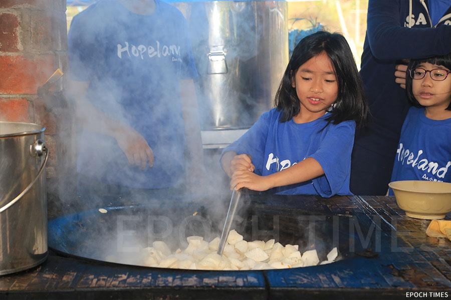 火行課學習灶火烹飪,內容包括如何煮食及食物營養學方面的知識。(陳仲明/大紀元)