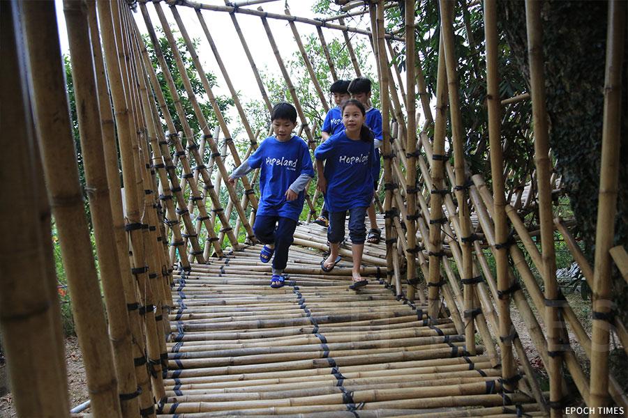 獨具特色的「樹屋」是孩子們休息、嬉戲的好地方。(陳仲明/大紀元)