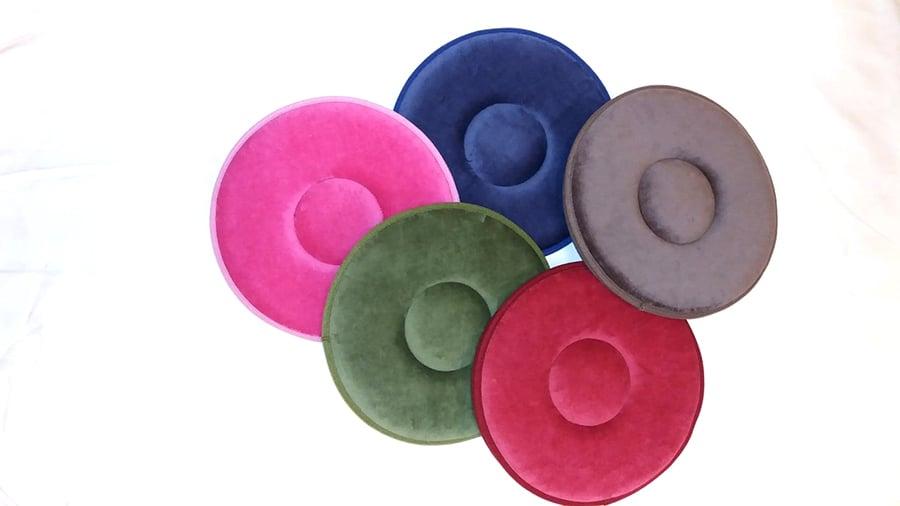 「五色如意輪座墊」可旋轉兼防滑性能佳,可以將一般圓凳木椅化為旋轉椅。