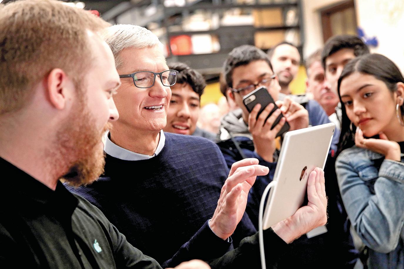 在CEO庫克帶領下,蘋果未來還有可能推出令人「眼前一亮」的新產品嗎?圖為庫克(中)在去年3月的一個蘋果新產品發佈會上。(Justin Sullivan/Getty Images)