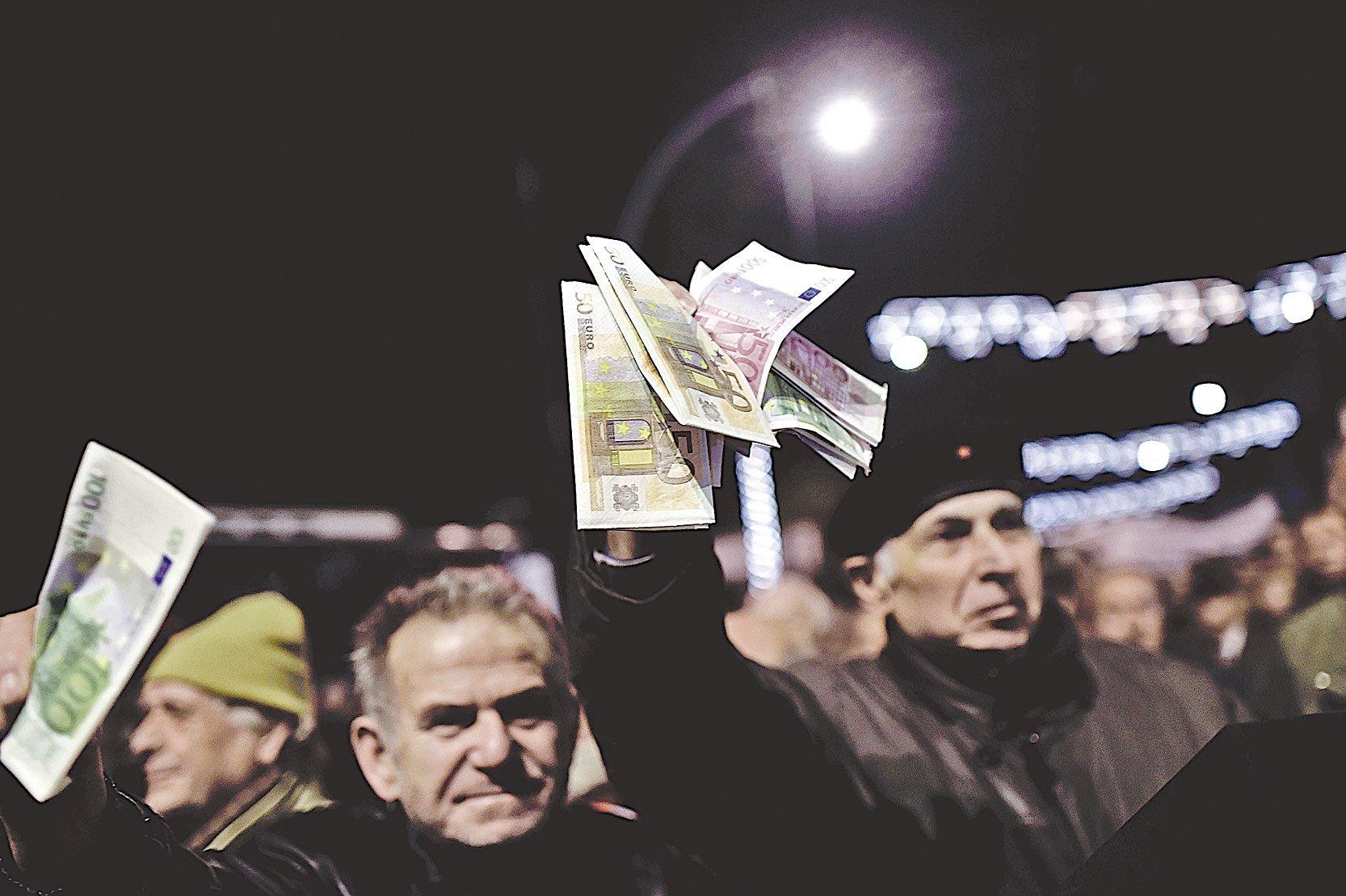 實施共產主義、社會主義的國家,通常會採行高稅收、高福利的社會制度。歐洲國家中的希臘就是最明顯的例子。圖為2016年領取養老金的退休人員在希臘雅典市中心抗議。 (Getty Images)