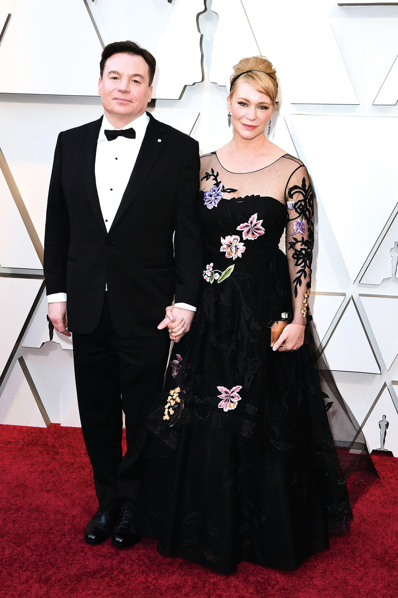 加拿大演員米高邁亞斯(Mike Myers)攜妻子走紅地毯。 (MARK RALSTON/AFP/Getty Images )