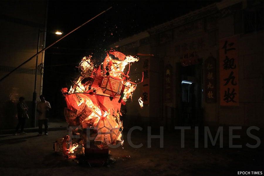 山貝村在正月十七日完燈,當晚在林氏家祠外化燈。(陳仲明/大紀元)