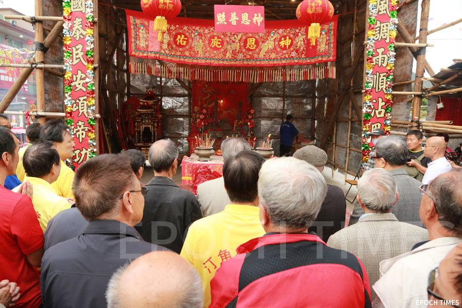 一眾村民參與酬神儀式。(陳仲明/大紀元)