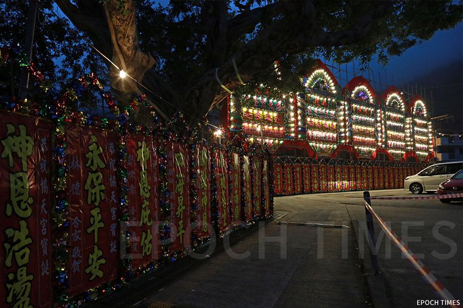 戲棚與村前通道上佈置了眾多花牌。(陳仲明/大紀元)