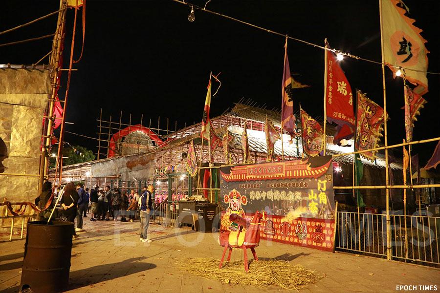 村民在汀角村公所前空地及汀角村籃球場分別架設神棚與戲棚,在新年期間慶賀協天宮寶誕。(陳仲明/大紀元)
