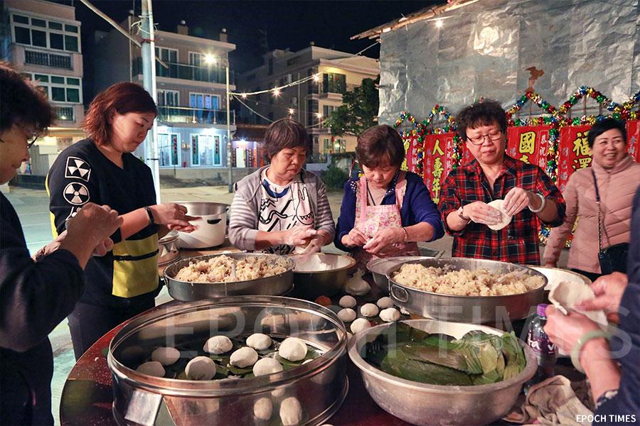 村中婦女一起為賓客及村民製作蘿蔔茶果。(陳仲明/大紀元)