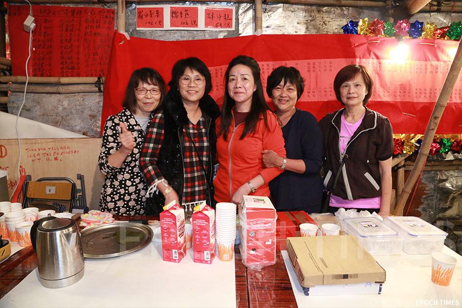 村民自製的蘿蔔茶果、砵仔糕與糯米糍在戲棚的小食攤檔上發售。(陳仲明/大紀元)