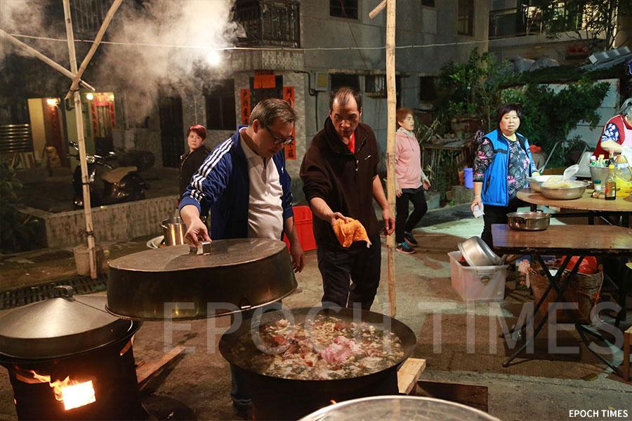 村民用柴火烹煮豬骨粥。(陳仲明/大紀元)
