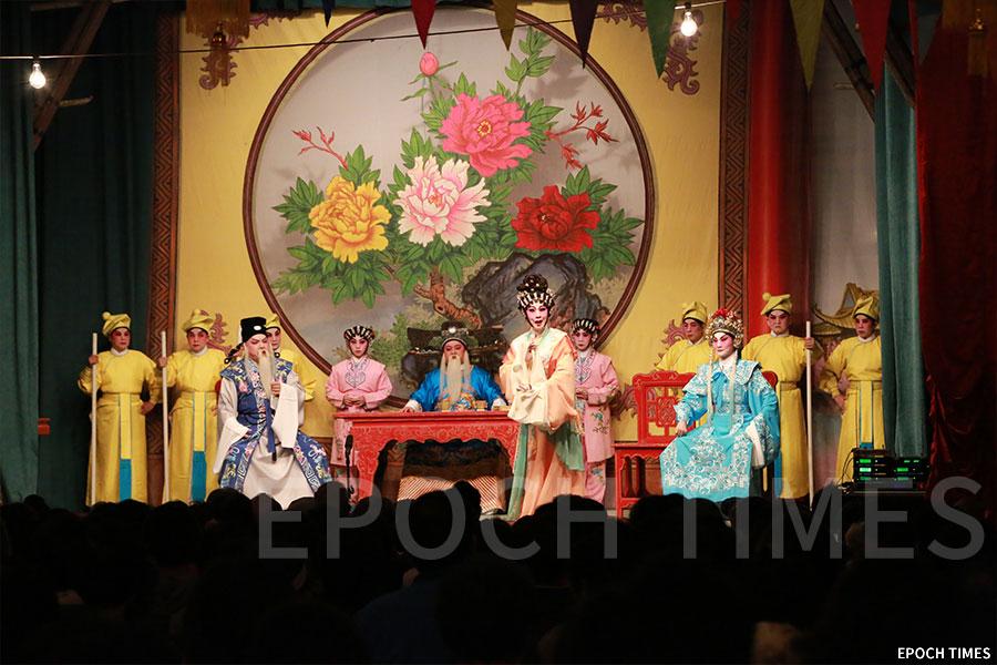 正月十三日當晚由台柱演出的神功戲。(陳仲明/大紀元)