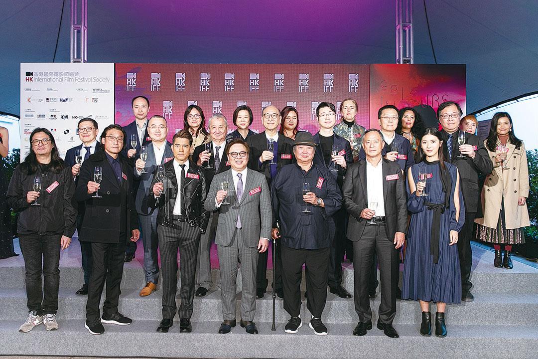 影帝梁家輝(前排左二)將擔任華語單元評審,而洪金寶(前排右三)是華語影壇份量十足的代表。(香港國際電影節提供)