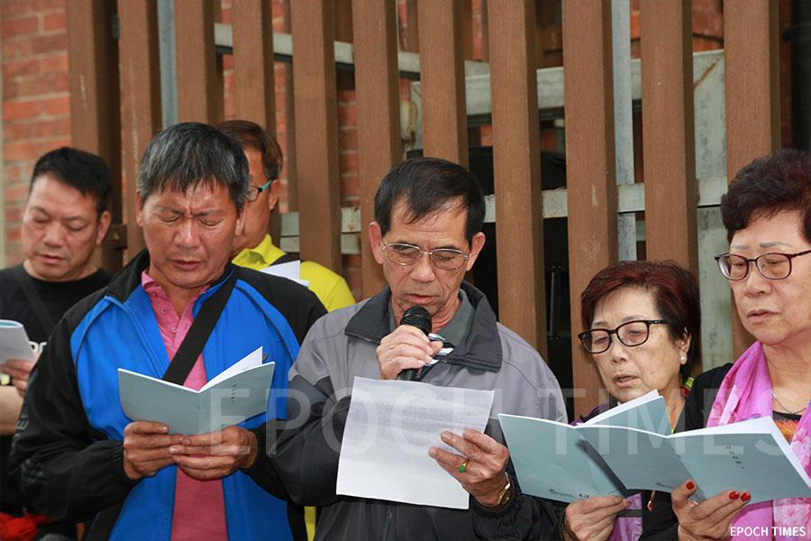 蒲苔學校校友們在唱校歌。(陳仲明/大紀元)