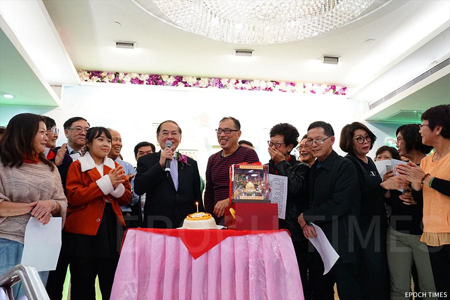 張校長八十榮壽,學生們為他獻上壽桃與蛋糕。(曾蓮/大紀元)
