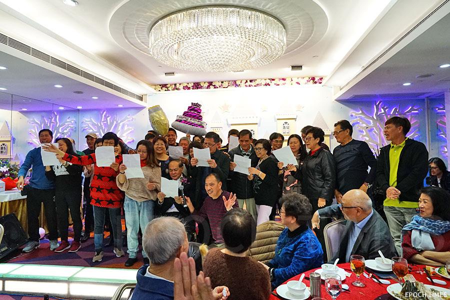 蒲苔學校第二任校長張啟勳八十歲的壽宴上,校友們與校長一起唱校歌。(曾蓮/大紀元)