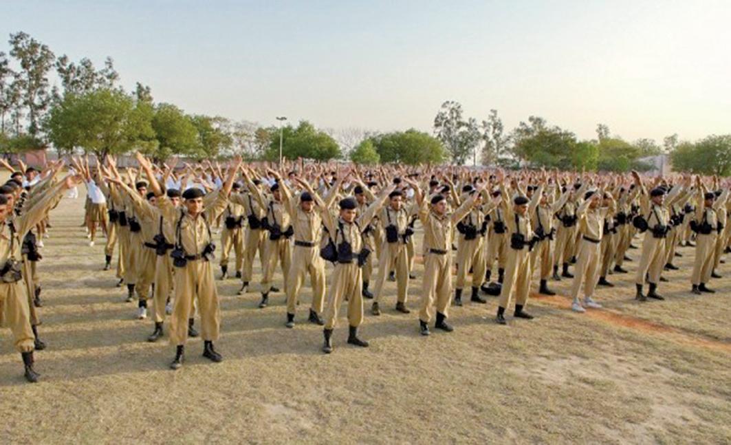 2009年4月13日印度首都德里(Delhi)警察訓練大學的上千學生學煉法輪功。(明慧網)