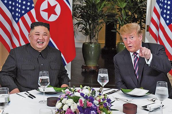 美朝雙方次輪峰會在越南河內展開。美國總統特朗普(右)及北韓領導人金正恩(左)在單獨會面後共進晚餐。(AFP)
