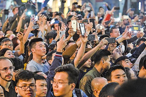美朝峰會會場索菲特傳奇大都會酒店外面擠滿圍觀民眾。(AFP)