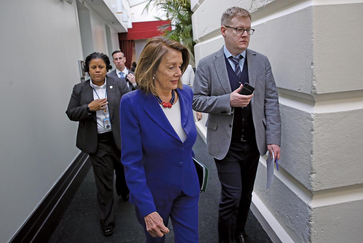 圖為2019年2月26日,美國眾議院議長南希佩洛西(中)在華盛頓特區參加眾議院民主黨人的每周黨部會議。(AFP)