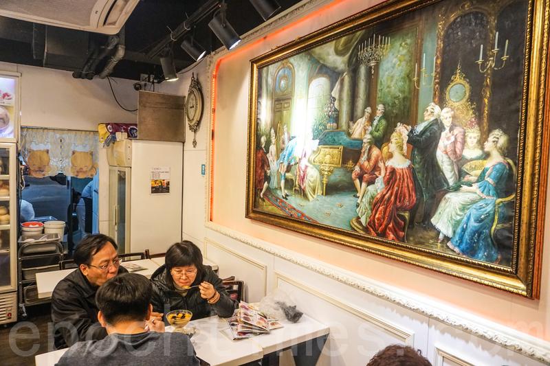 牆上掛了幾幅中世紀以貴族為題材的油畫,很貼合餐廳貴族甜品的名字。