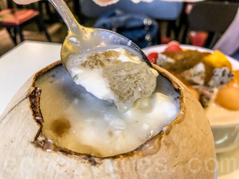 原盅椰皇燉桃膠裏面水有點多,放在燉奶上的桃膠晶瑩爽口,但燉奶比較稀身不夠香。