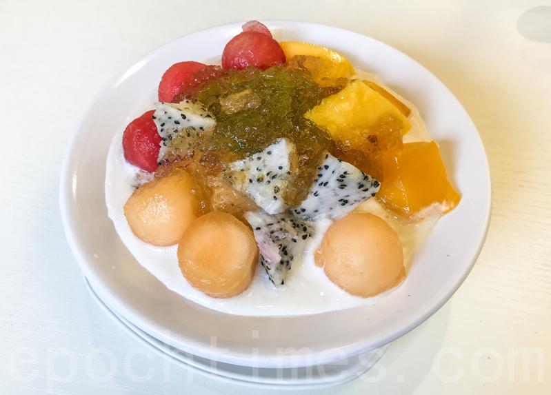 鮮雜果桃膠有火龍果、奇異果、西瓜、木瓜、芒果和不少的桃膠,下面是椰奶西米。