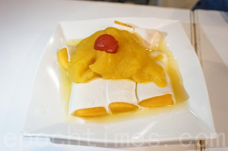 白雪黃金捲上面鋪上芒果沙冰,下面白色皮捲著芒果肉,芒果肉很香甜。
