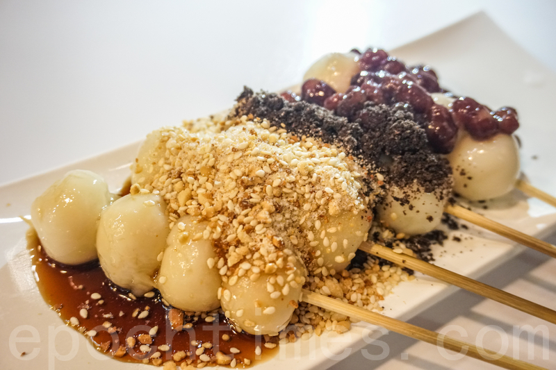 黑糖紅豆團子(黑糖漿、花生碎、曲奇碎、紅豆)。