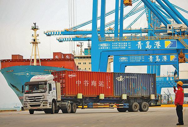 美國貿易代表辦公室(USTR)將正式發通知暫停3月1日對2000億美元中國商品關稅增加到25%的最後期限,「直至另行通知」。圖為青島一港口。(AFP)