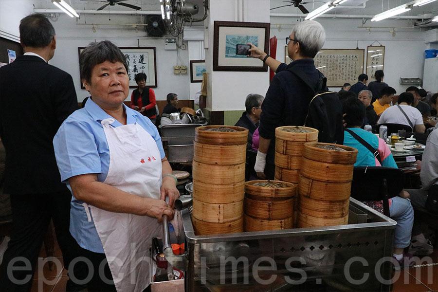 蓮香茶室保留傳統中式茶樓運作模式,設有點心車。(陳仲明/大紀元)